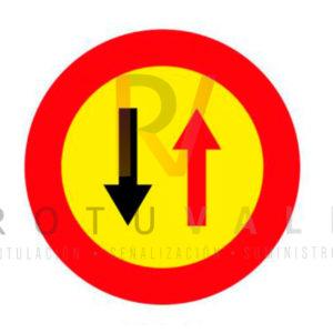 Señal TR-5 Prioridad del vehículo de sentido contrario en un paso estrecho por obras. Fondo amarillo
