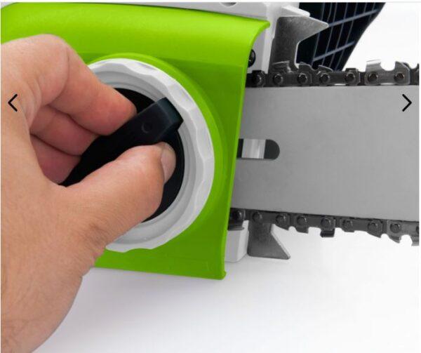 Detalle de la ruleta de encendido de la motosierra eléctrica 1800w - 405mm, marca Vito en color verde y blanco